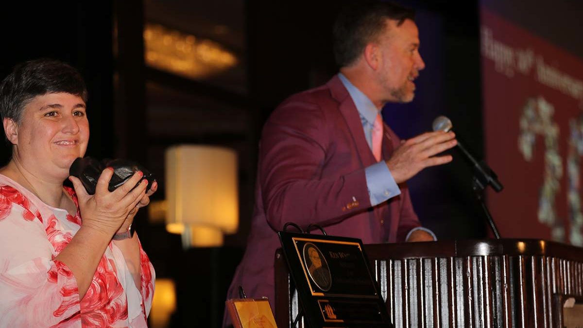 Image of Cece Wagner clapping as Sean casey accepts award.